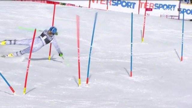 En la primera manga Veronika Velez Zuzulova se cayó y dejó el camino libre para que Shiffrin ganase su cuarto Globo de slalom FOTO: Eurosport