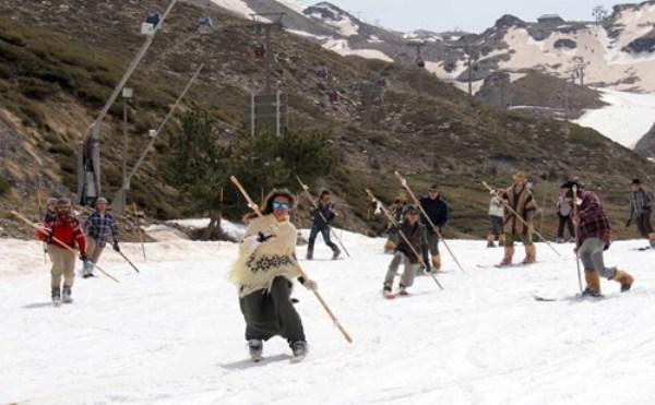 Sierra Nevada despide la Semana Santa con una bajada solidaria Retro de telemarkeros