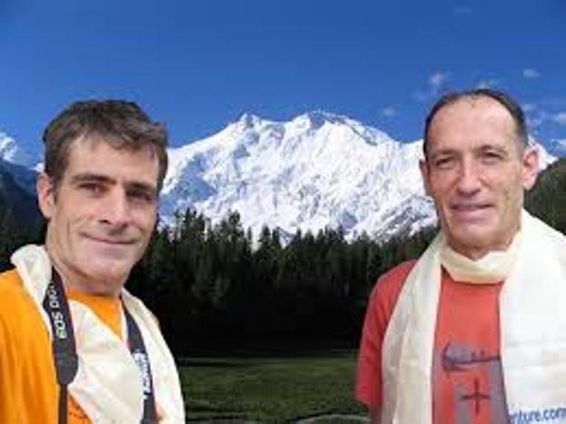 Alberto Zeraín y Mariano Galván con la cima como telón de fondo