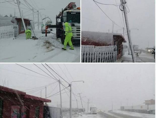 Varios postes de luz también habían sido tumbados por la nieve y el viento