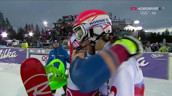 Mikaela Shiffrin ha aceptado deportivamente la derrota y ha abrazado a Petra Vhlova tras completar la segunda manga