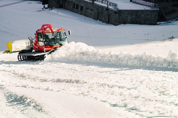 Las bajas temperaturas han permitido que las estaciones de aramón puedan trabajar intensamente para producir una nieve de calidad y abrir sus dominios en breve FOTO: Aramón