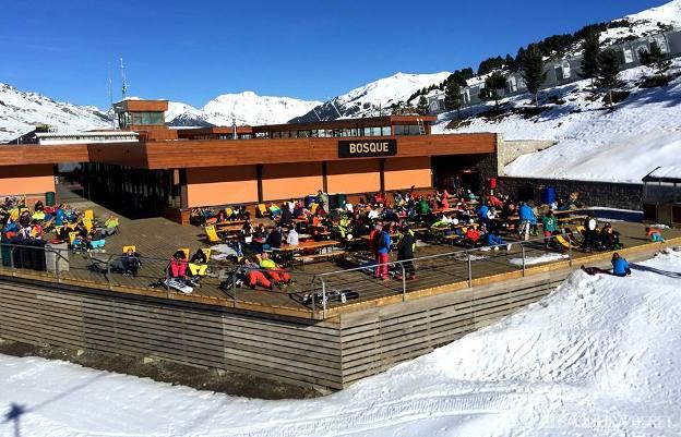 Aspecto de la terraza de la cafetería del Bosque el fin de semana