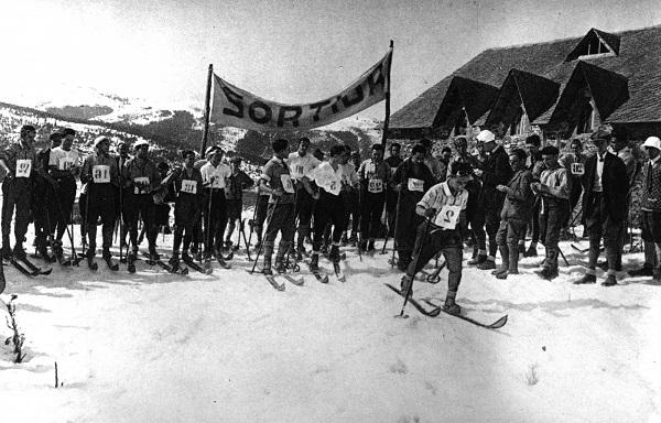 Imagen de una de las primeras competiciones que La Molina acogió. La estación decana de España ofrece una exposición que recorre toda su historia FOTO: lamolina.cat