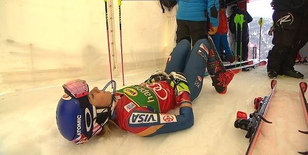 Mikaela Shiffrin trata de no perder la concentración en el portillón de salida al ser aplazado el inicio del slalom por la caída de una abridora