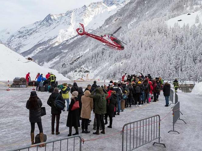 Un grupo de turistas esperan ser evacuados en helicóptero