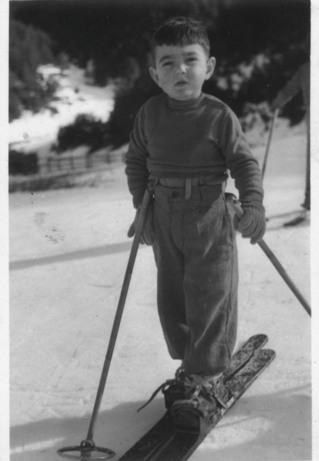 Antonio Campañá con dos años y medio en el Campo de las patatas de La Molina equipado para hacer sus primeros pinitos de esquí