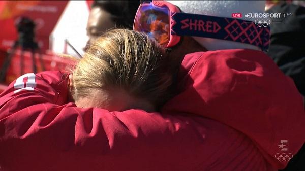 Lindsey Vonn se consuela con un miembro del equipo estadounidense tras confirmar que se quedaba fuera del podio
