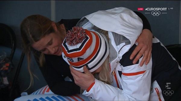 Lindsey Vonn es consolada por su compatriota Alice McKennis