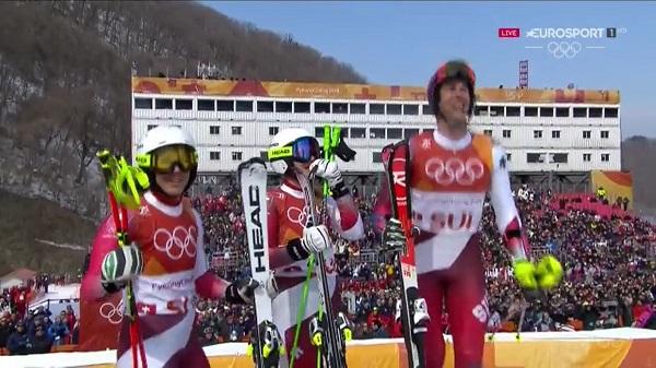 Wendy Holdener, Denise Feierabend y Ramon Zenhauesern celebran la victoria de Daniel Yule en la última bajada y que les ha dado el oro en la prueba por equipos