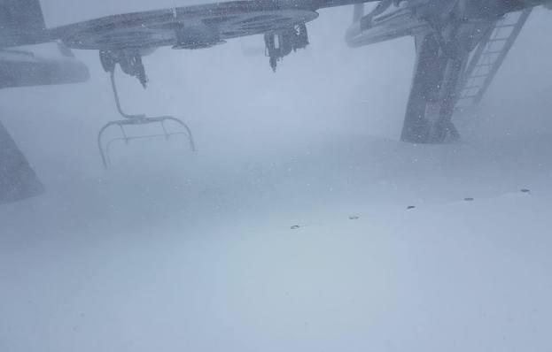 Un telesilla enterrado por la nieve