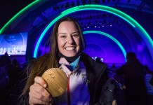 Astrid Fina muestra la medalla de bronce que ganó en los Paralímpicos de Pyeongchang. FOTO: Mikael Helsing
