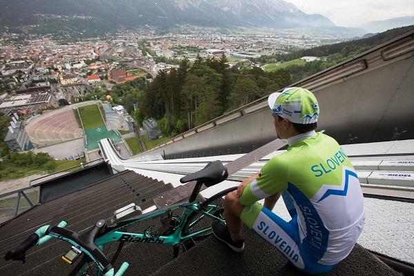 Primoz Roglic, con su bicicleta en lo alto del trampolín de Bergisel en Innsbruck