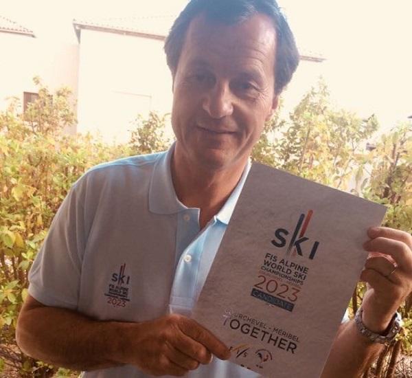 Michel Vion, presidente de la Federación francesa, con un programa de la candidatura ganadora