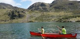 Excursiones en canoas en el Lago de Tristaina, uno de los atractivos de la temporada de verano en Vallnord