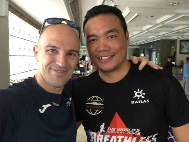 El alpinista con Dawa, un viejo amigo sherpa, que desde hace unos años dirige Seven Summits
