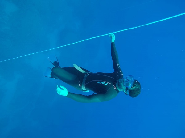 Practicar debajo del agua para rendir en la alta montaña, el objetivo de la preparación del equipo de alpino que dirige Corrado Momo. FOTO: RFEDI Spainsnow