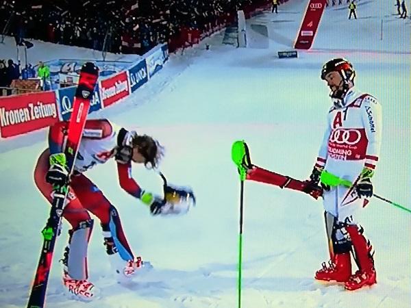 Kristoffersen se inclina ante Hirscher reconociendo su superioridad al término del slalom nocturno de Schladming