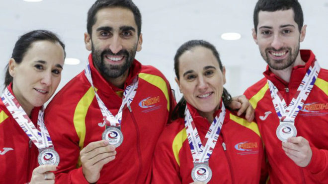 Oihane y Leire Otaegi junto a Sergio Vez y Mikel Unanue posan con sus medallas. Jeffrey AuWFC