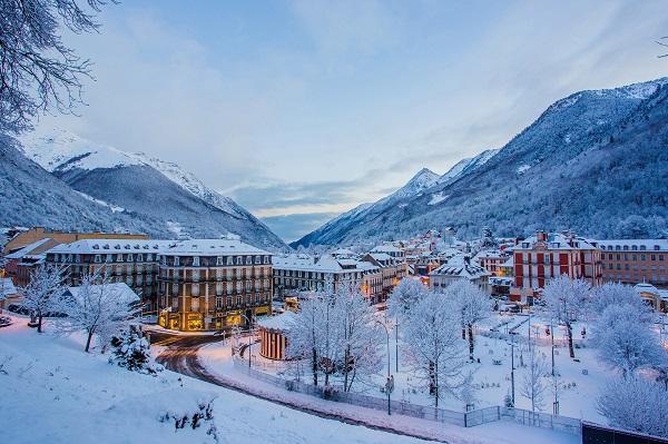 Cauterets, con su dominio esquiable y su encantador pueblo, es uno de los destinos agrupados en N'PY
