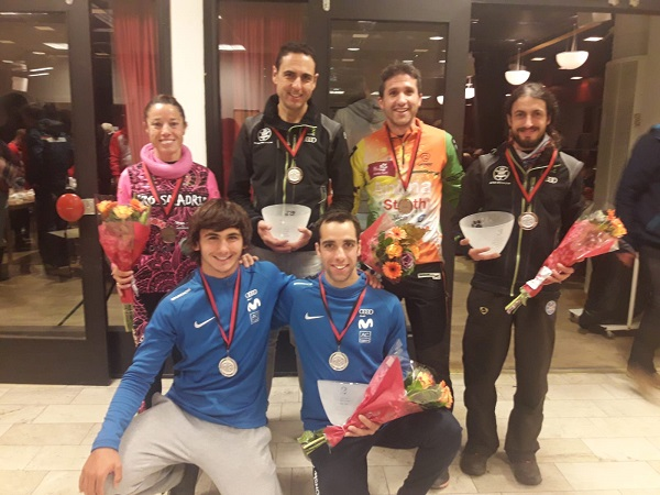Los seis representantes españoles que lograron medalla en el Europeo de mushing sobre tierra en Nybro. FOTO: RFEDI