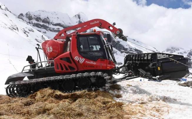 A golpe de máquina, Candanchú guardaba la nieve en mayo tapada con paja para esta temporada