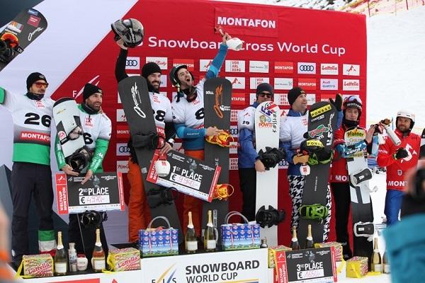 Lucas Eguibar y Regino Hernández en lo más alto del podio en la prueba de la Copa del Mundo por equipos en Montafon. FOTO: RFEDI