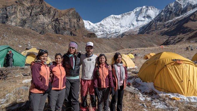 Edurne en el Nepal junto a Saraswoti, Sangita, Laxmi y Pabitra