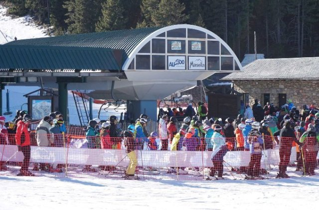 El centro invernal posee 45 Km de pistas abiertos durante la jornada diurna