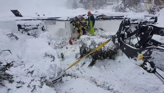 Las grúas desentierran los coches en una estación de esquí