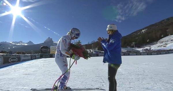 Sofia Goggia le entrega un ramo de flores. Instantes después, lejos de las cámaras, Vonn rompería a llorar.