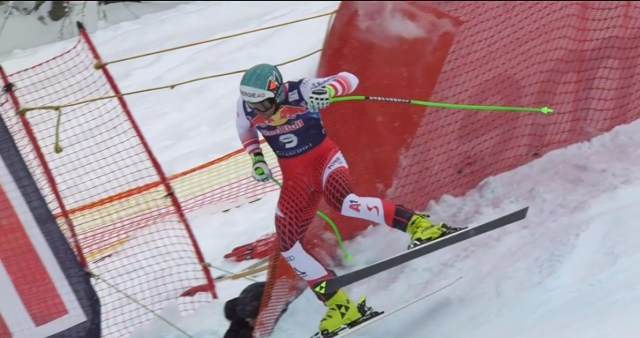 Vincent Kriechmayr ha tenido mucha suerte de encontrarse una protección que le ha devuelto a la pista. No ha acabado la carrera pero ha salido ileso.