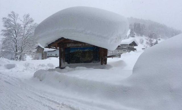Nieve en un tejado de la estación de Filzmoos