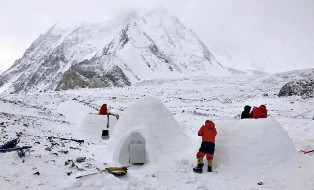 Dentro del iglú, los alpinistas duermen a -5 ºC