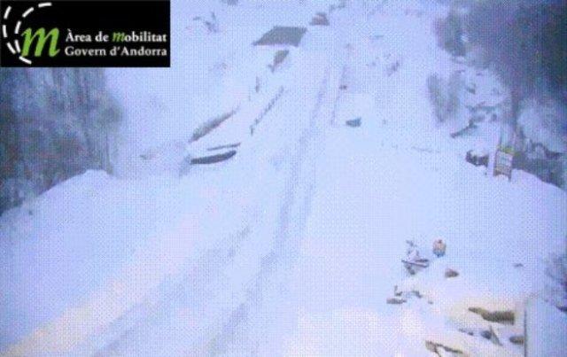 El centro de Andorra permanecía cerrado a la espera de la caída de de la nieve