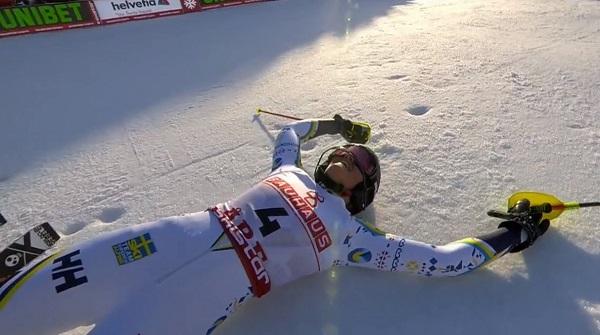 Anna Swenn Larsson tocando el cielo desde la nieve.