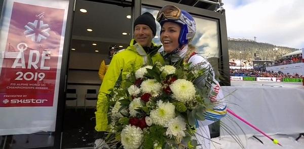 Vonn ha recibido un ramo de flores de Ingemar Stenmark tras cruzar la meta.