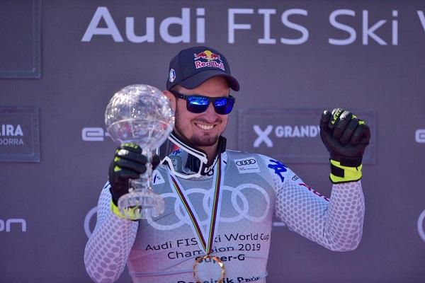 Dominik Paris feliz con el Globo de super G, disciplina de la que es campeón del mundo. FOTO: Toni Grases/@photoset.es