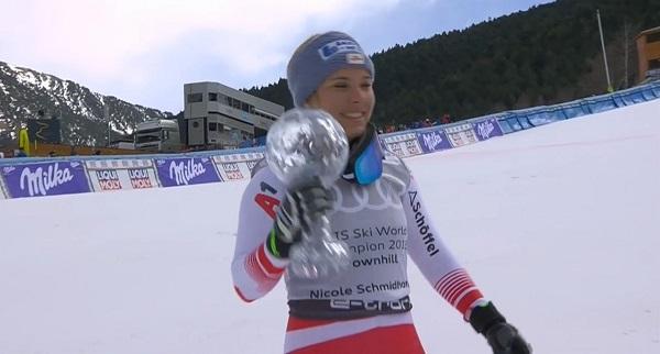 Nicole Schmidhofer, feliz con el Globo de descenso que se ha adjudicado hoy.