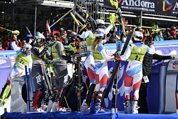 Alegría en el equipo suizo en la última bajada de la final, que le ha dado la victoria por tiempos. FOTO: Alain Grosclaude/Agence Zoom