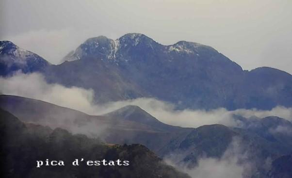 La nieve ha cubierto de blanco las cimas más emblemáticas de los Pirineos