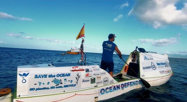 """El navegante sobre su paddle con el lema """"Save the Ocean"""""""
