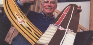 El invento derivó de un par de esquí clavados con una madera contrachapada y una cuerda con un estribo