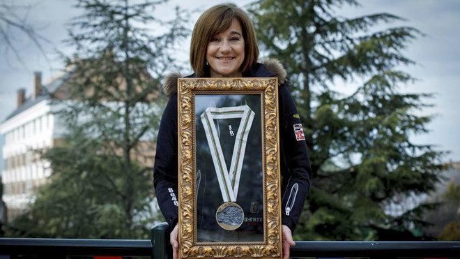 Blanca Fernández Ochoa posa con su bronce olímpico para MARCA. FOTO: Guillermo Martínez