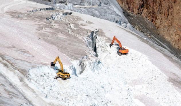 Las máquinas trabajando hace algunos días en el glaciar Pitztal-Ötztal.