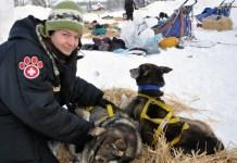 La veterinaria durante un control a los canes