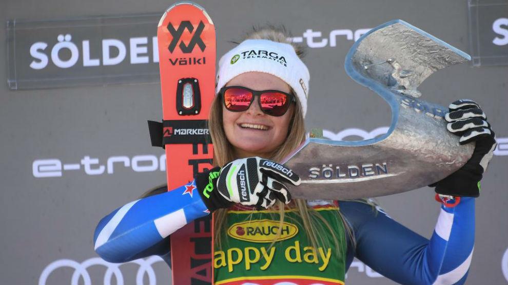 La joven en el podio