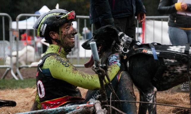 El catalán Victor Carrasco (FCEH), junto a su perra Rona