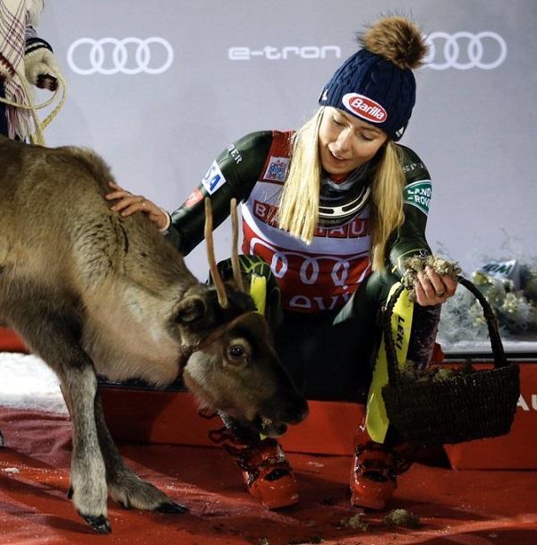 Mikaela Shiffrin con 'Ingemar', el reno que recibió el sábado por ganar el slalom de Levi.