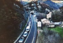 Las largas caravanasen la carretera C-16 tras cruzar el Túnel del Cadí, previo pago de 12 euros